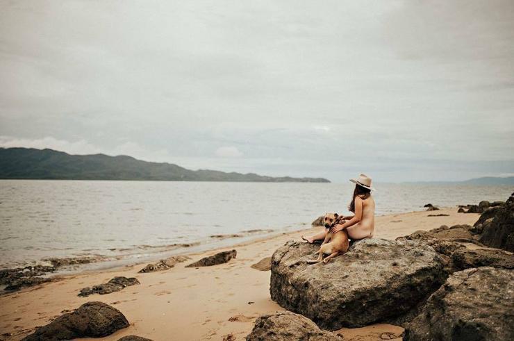 Kutyával, szikán pózolt a hallgató lányok egyike a tengerparton /Fotó: Instagram