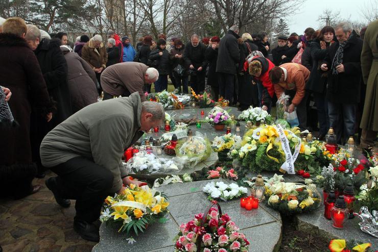 Gyászoló hozzátartozók Hejcén / Fotó: MTI - Vajda János