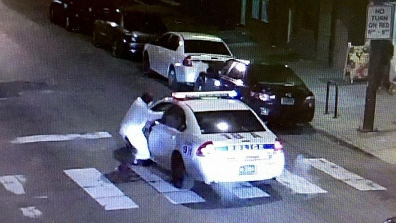 A rendőrt a szlévédőn keresztül lőtte meg a terrorista