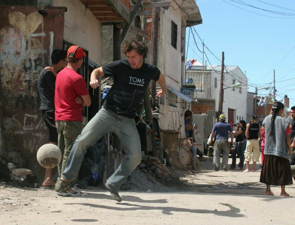 ea933b2deddc6 Blake Mycoskie gra w piłkę w 2006 roku