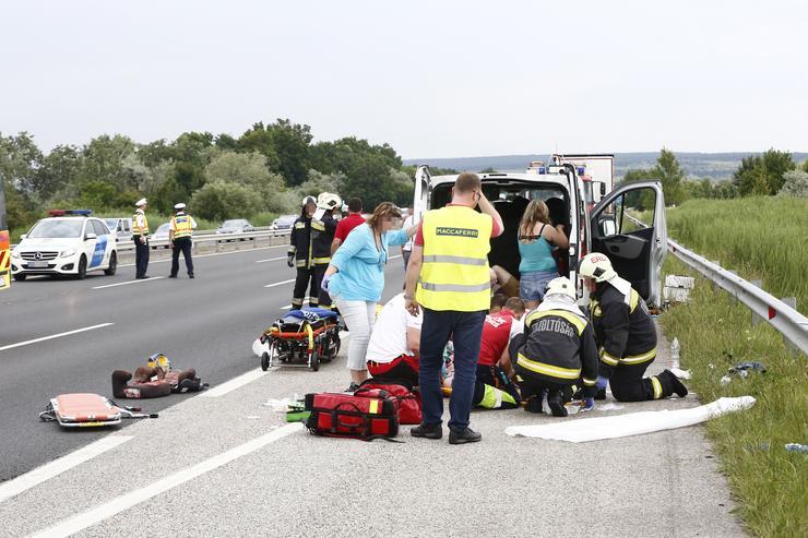 A mentősök sietve látják el a sérülteket / Fotó: Fuszek Gábor
