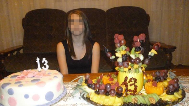 A 2014. novemberében készült fotón Zoé 13. születésnapját ünnepelték, a kislány mindent megkapott