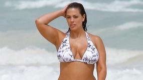 Seksowna modelka plus size w bikini. Niezły widok