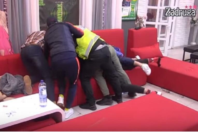 Obezbeđenje jedva obuzdalo Janjuša: Košarkaš narnuo na Boru zbog Maje Marinković!