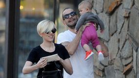 Scarlett Johansson w nowej fryzurze z mężem i córeczką
