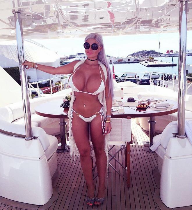 Sophia alakjáért azonban fel kellett áldoznia négy bordáját is /Fotó: Instagram