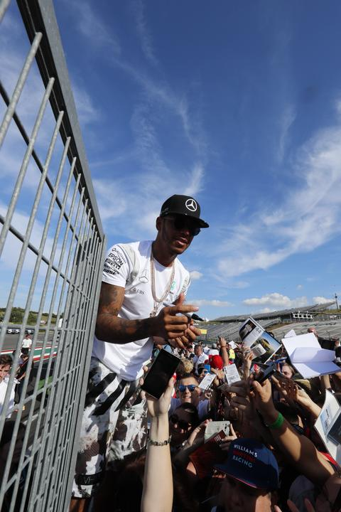 A háromszoros világbajnok Hamilton nagyon népszerű/Fotó: Fuszek Gábor