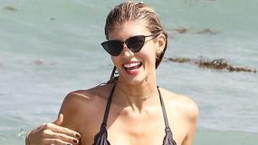 Devon Windsor, sobowtór Anji Rubik, w bikini na plaży