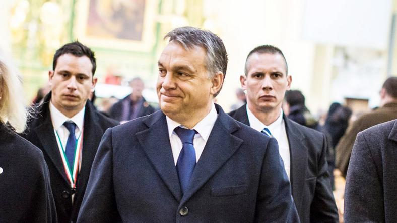 Orbán a szentmise után. Testőrök gyűrűjében / Fotó: Facebook