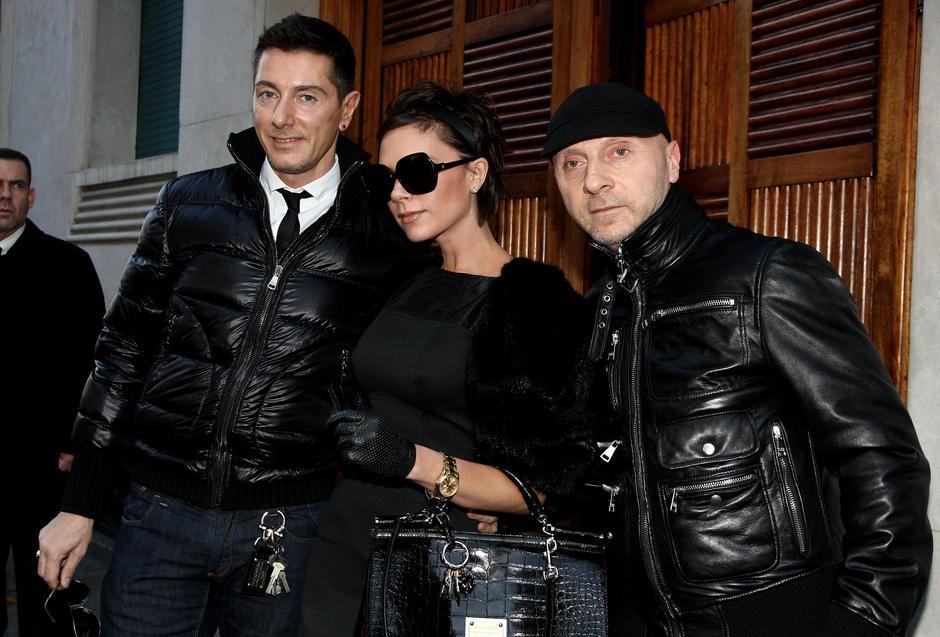 Stefano Gabbana, Victoria Beckham i Domenico Dolce, grudzień 2008 / Getty Images