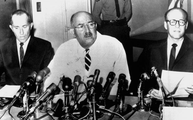 Koroner na spotkaniu z dziennikarzami po śmierci Marilyn Monroe (fot. East News)