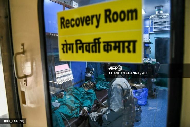 Rengeteg emberen segítenek /Fotó: AFP