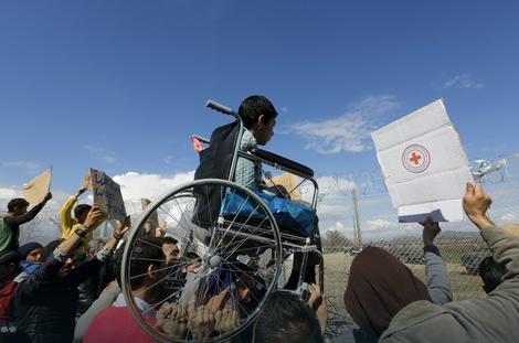 Migranti su na rukama nosili i dečaka na kolicima