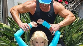 Biuściasta Holly Madison rozciąga się ze swoim trenerem