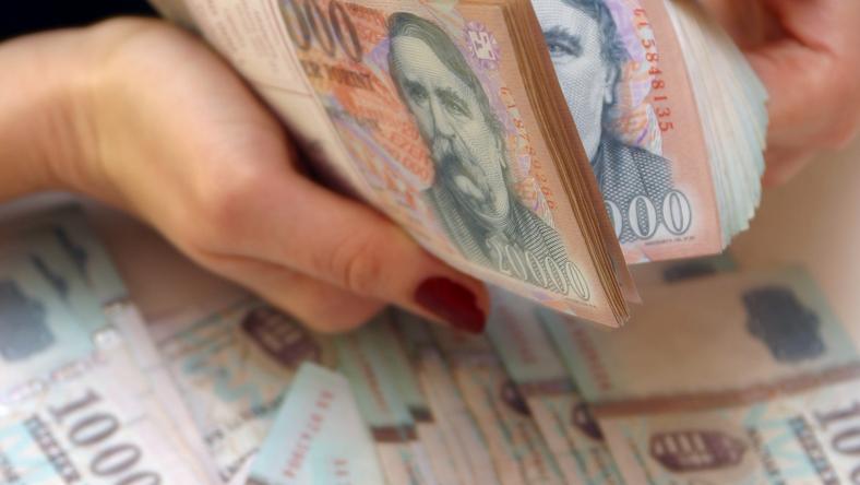 Az euróval szemben erősödött a forint