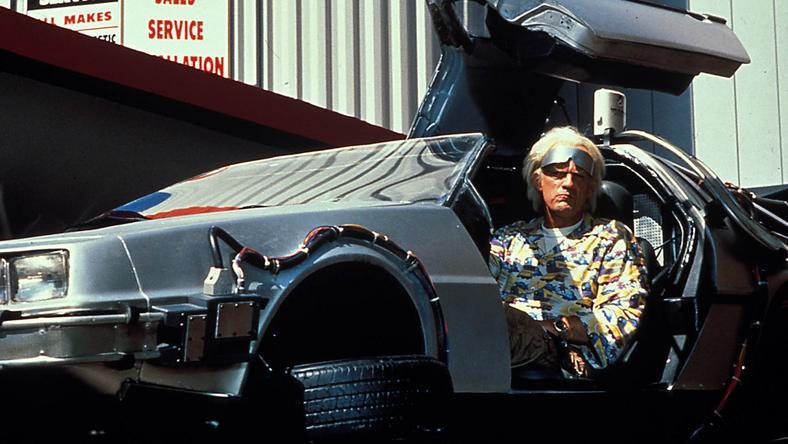 A legendás Vissza a jövőbe című trilógiában a Doki, vagyis Christopher Lloyd találta fel az időgépet, amit egy autóba szerelt be / Fotó: Northfoto