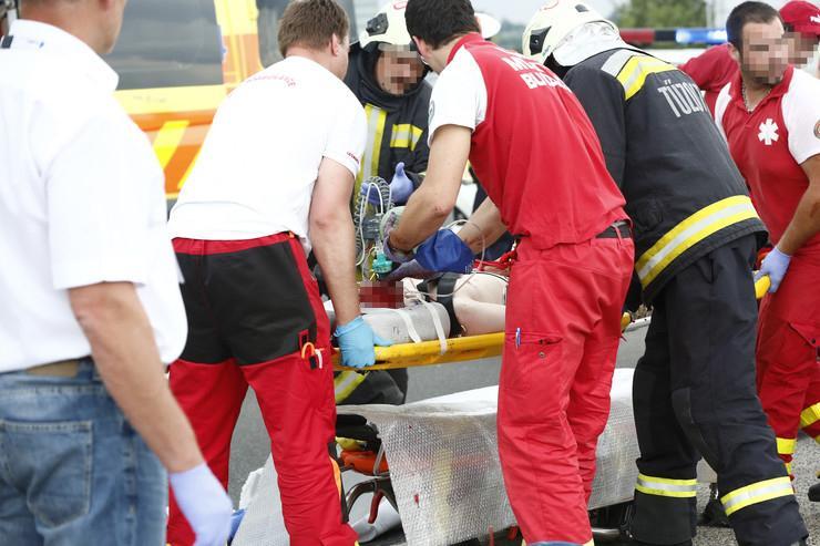 A mentőszolgálat ápolja a túlélőket / Fotó: Fuszek Gábor