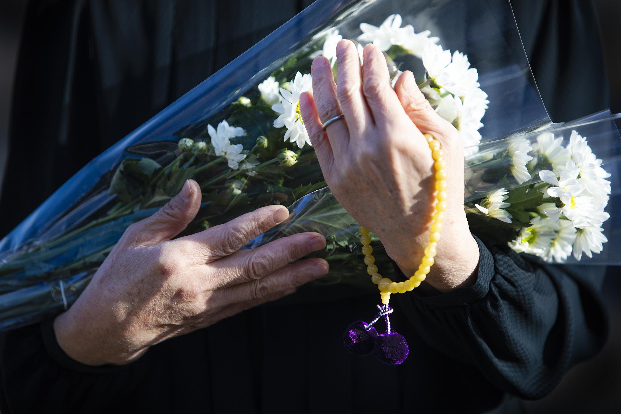 311e36d147 Férje temetésén suttog valamit a férfi fülébe. Két hónappal később sokkoló  hírt kap a kórházból - Blikk Rúzs
