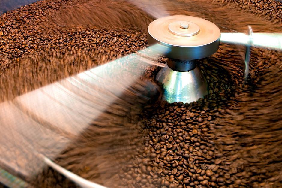 Prażenie kawy w bębnowej maszynie prażalniczej