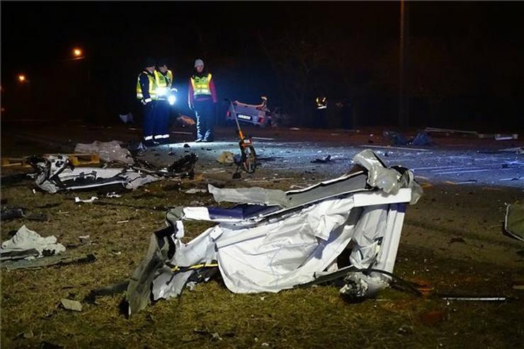 Eddig tisztázatlan körülmények között egy kocsi nekiütközött egy út szélén álló kisteherautónak /Fotó: MTI