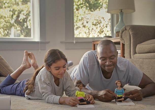 Ojciec bawiący się lalką z córką w kampanii Barbie