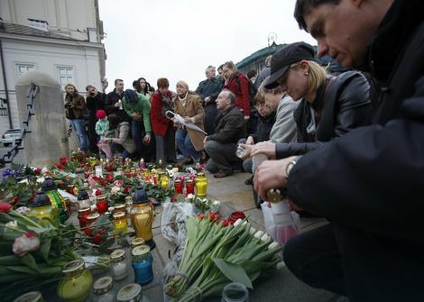 Ožalošćeni Poljaci pale sveće i polažu cveće ispred Predsedničke palate u Varšavi