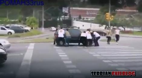 Misteriozna grupa mladića koji iznenada golim rukama prenose automobil koji je stao na pešačkom