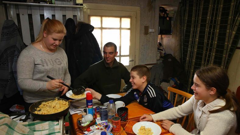 Xénia úgy látja el testvéreit és párját, mint egy felnőtt /Fotó: Pozsonyi Zita