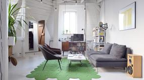Zrujnowane poddasze zamienił w piękne wygodne mieszkanie. W salonie jest coś, czego próżno szukać w zwyczajnych wnętrzach