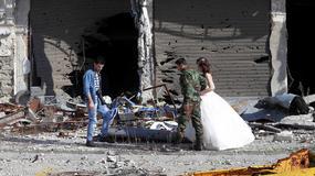 Ślubna sesja zdjęciowa w ruinach miasta Homs