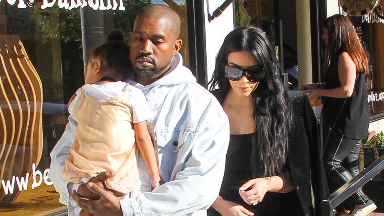 Kim Kardashian és Kanye West kislányával, North Westtel a karjában/ Fotó: Northfoto