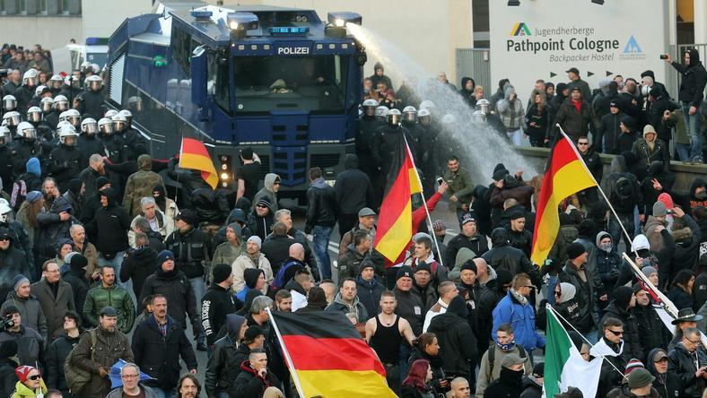 Vízágyút is bevetettek Kölnben /Fotó: MTI