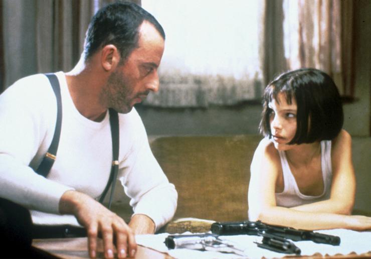 A Leon, a profiban (1994) magányos bérgyilkos, aki védőszárnyai alá veszi a kislányt (Natalie Portman), akinek szüleit legyilkolta a korrupt rendőr. (Fotó: RAS-archív)