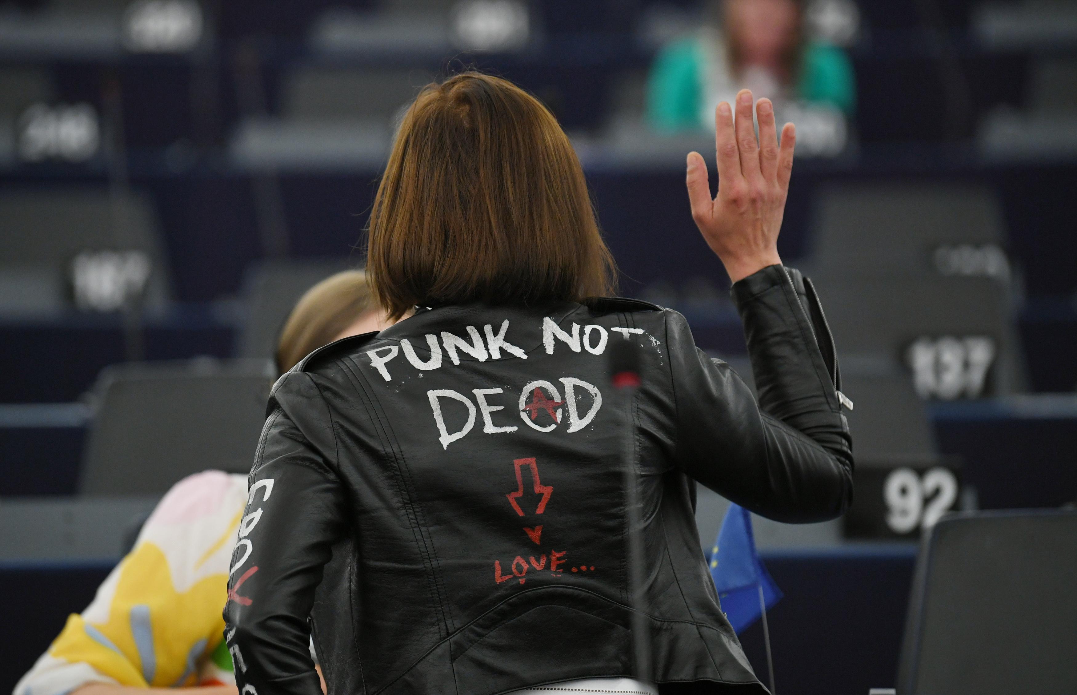 Punknak öltözve, bőrdzsekiben ülésezett az Európai