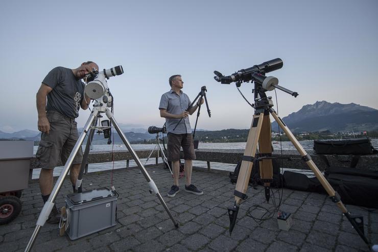 A teljes holdfogyatkozásra vártak csillagászok a Luzerni-tó partján július 27-én /Fotó: MTI/EPA-Urs Flüeler