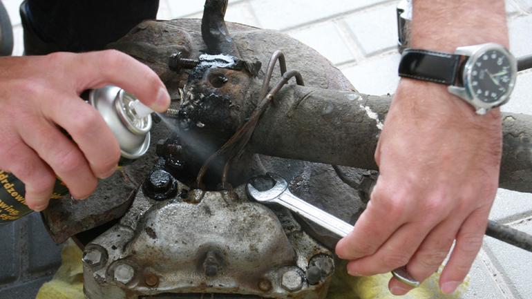 Jak odkręcić zardzewiałą śrubę? Poznaj specjalne narzędzia i preparaty