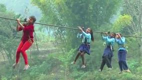Aby dostać się do szkoły, dzieci z tej wioski przekraczają rzekę na linie