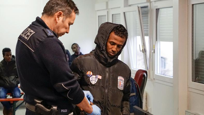 Német rendőr igazoltatás közben / Fotó: AFP