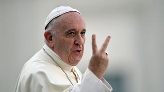 Papież w salonie optycznym w Rzymie.