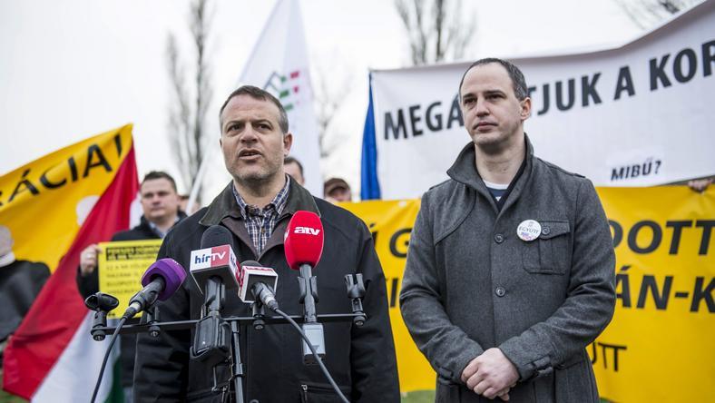Juhász Péter és Szigetvári Viktor szeretné tudni, hol is él valójában a miniszterelnök / Fotó: MTI Bodnár Boglárka