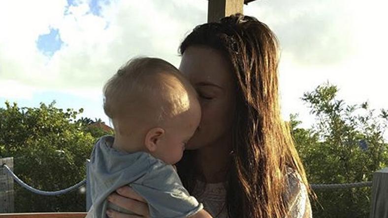 Liv Tyler össze-vissza puszilgatta kisfiát, Sailrot a parton  / Foto: Northfoto