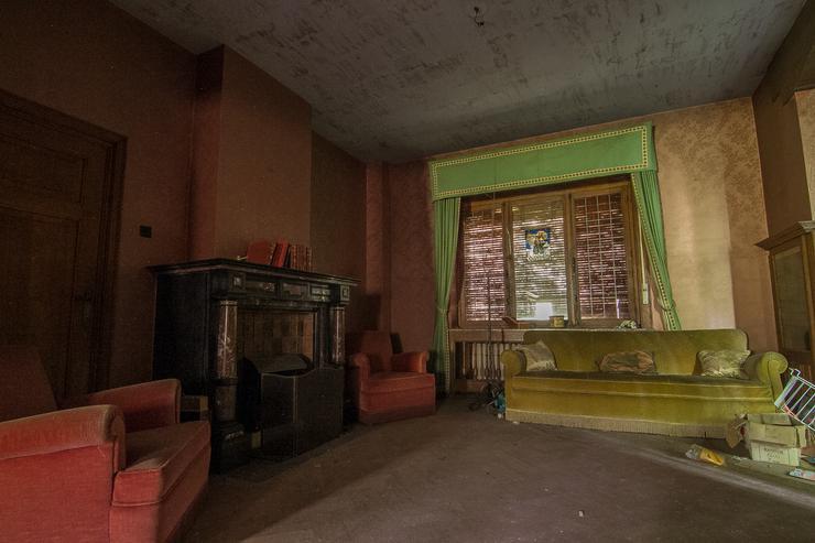Az orvos itthagyta piros foteleit, és még zöld kanapéját, függönyét is. /Fotó: Northfoto