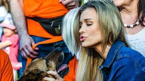 Joanna Krupa w dżinsie zachęca do adopcji psów ze schroniska