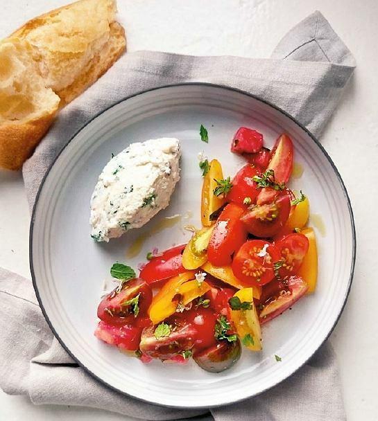 Salatka z pomidorow z ziolowa riicotta