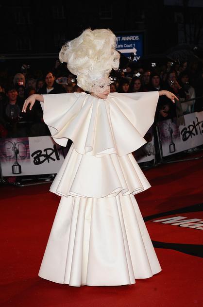 Lady Gaga podczas rozdania nagród Brit Awards 2010 w sukni projektu Francesco Scognamiglio
