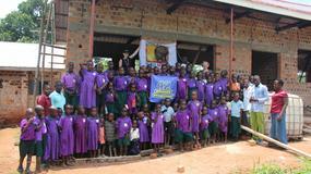 Uczniowie gimnazjum z Warszawy zbudowali szkołę w… Ugandzie