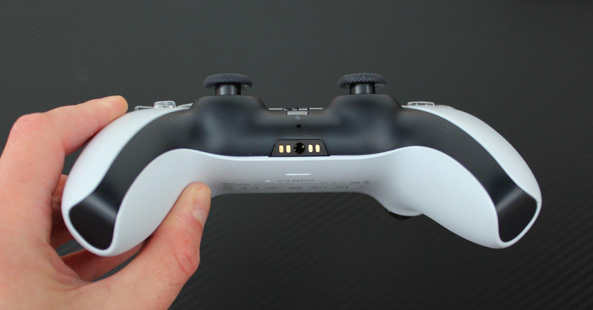 Vzadu je konektor pre pripojenie slúchadiel či headsetu.