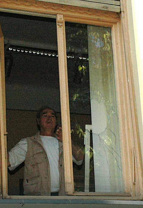 Majstor postavlja nova stakla na okno
