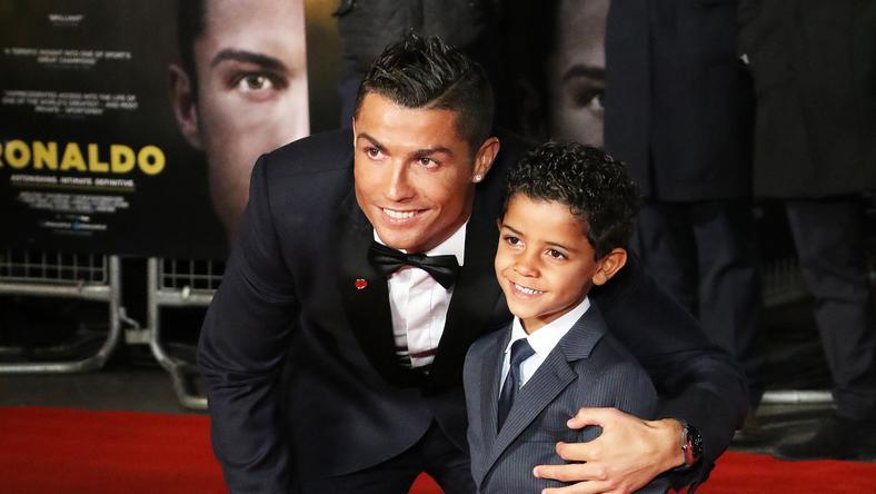 Cristiano Ronaldo fiával /Fotó: AFP