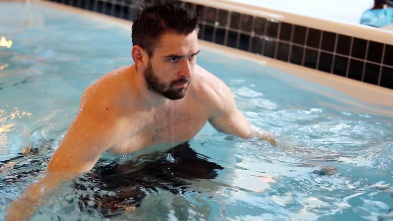 A monitoron látott gyakorlatokat víz alatti futópadon próbálja megvalósítani a focista / Fotó: Fradi Tv